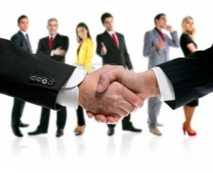 10772021-apreton-de-manos-de-personas-de-negocios-con-el-equipo-de-la-compania-en-segundo-plano (1)