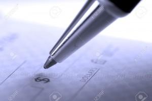 7572745-persona-escribir-cheque-con-bol-grafo-y-chequera